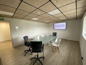 Sala de reuniones en Aislanat, pantalla de control